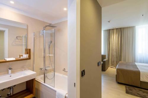 A bathroom at Cornaro Hotel