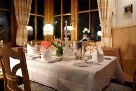 Ein Restaurant oder anderes Speiselokal in der Unterkunft Hotel Restaurant Café Rapp