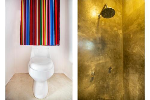 A bathroom at Capital O Hotel 522
