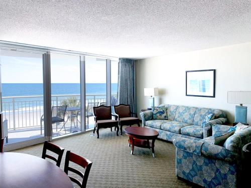 A seating area at Deluxe Ocean Front Two-Bedroom Condo in Sandy Beach Resort