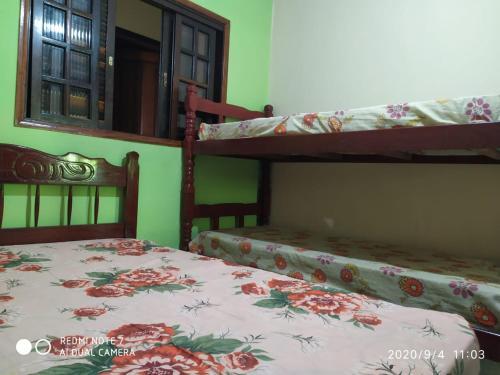 Uma ou mais camas em beliche em um quarto em Chalés Margarida