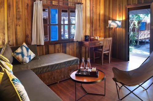 Ein Sitzbereich in der Unterkunft Sok San Beach Resort