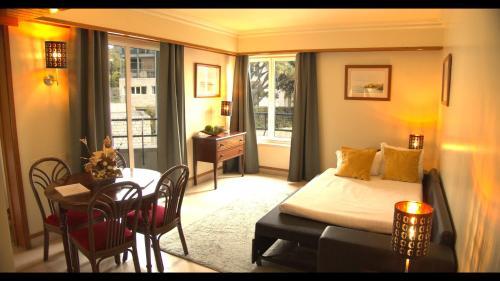 A seating area at Hotel Solar Palmeiras