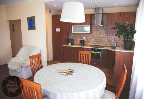 Kuchnia lub aneks kuchenny w obiekcie Bemowo Apartments