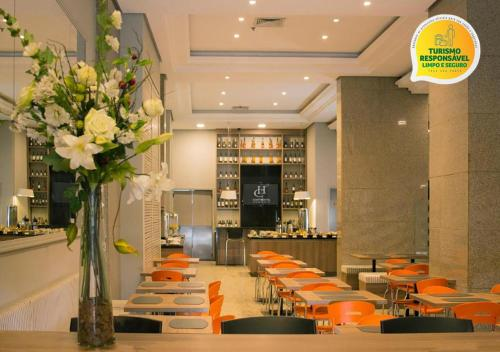 A restaurant or other place to eat at Hotel Continental Business - 200 metros do Complexo Hospitalar Santa Casa