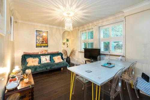 A restaurant or other place to eat at NEW Fantastic 1BD Crystal Palace Flat in London
