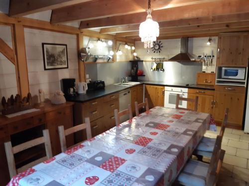 A restaurant or other place to eat at Les Granges de la Fontaine