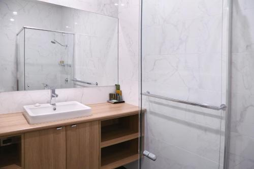 A bathroom at Best Western Plus Bolton on the Park