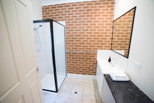 A bathroom at Motel Views Yackandandah