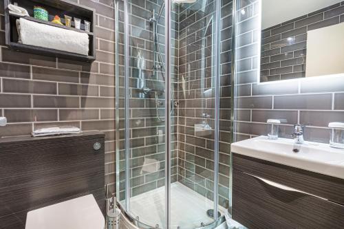 A bathroom at The Rutland Arms Hotel, Bakewell, Derbyshire