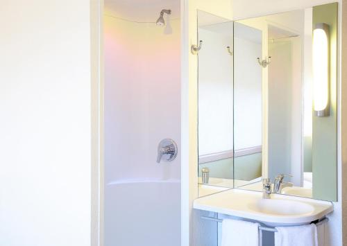 A bathroom at ibis budget Birmingham Centre