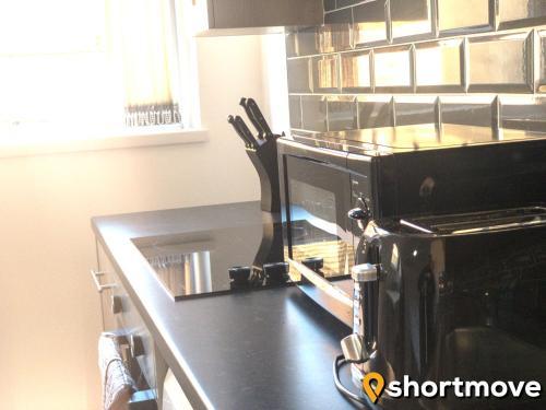 A kitchen or kitchenette at SHORTMOVE - Modern Studios, Wifi, Smart TVs, Parking