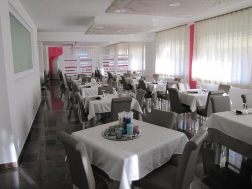 A restaurant or other place to eat at Hotel Scaranò