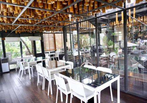 A restaurant or other place to eat at Bangkok Tree House