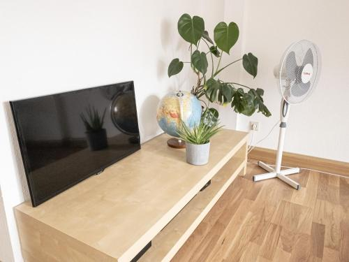 A television and/or entertainment centre at Helle, moderne Ferienwohnung nahe Zentrum