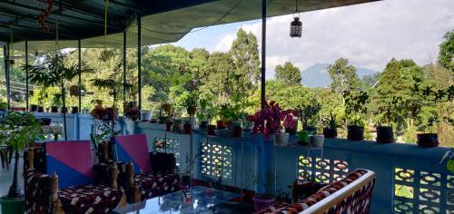 A restaurant or other place to eat at Twins Peak Homestay