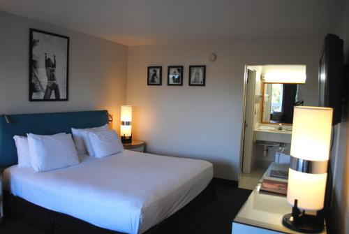 A bed or beds in a room at Floridian Hotel