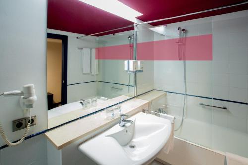 Un baño de Ibis Styles Zaragoza Ramiro I