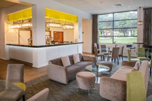 The lounge or bar area at Hotel at Conference Aston
