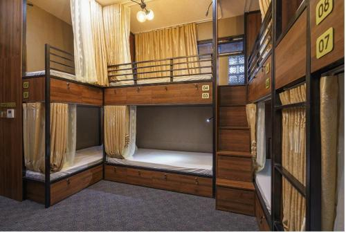 Двухъярусная кровать или двухъярусные кровати в номере BBQ Hostel Ha Long 2
