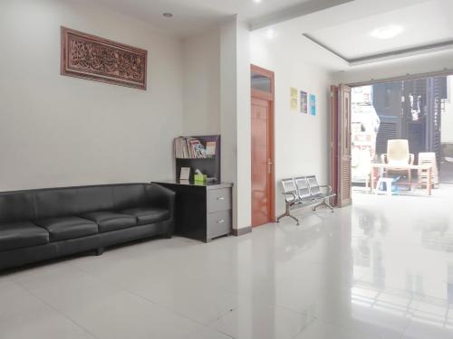 The lounge or bar area at Vaccinated Staff - SPOT ON 3072 Wisma Madinah Syariah