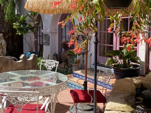 The lounge or bar area at Villa Rosa Inn