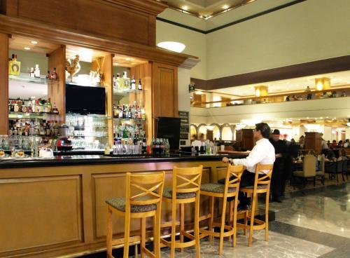 Ein Restaurant oder anderes Speiselokal in der Unterkunft Crowne Plaza Hotel Monterrey, an IHG Hotel