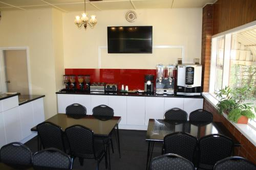 A restaurant or other place to eat at Nhill Oasis Motel