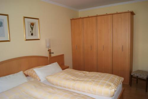 Ein Bett oder Betten in einem Zimmer der Unterkunft Haus Mirabell
