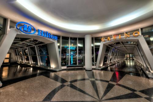 The lobby or reception area at Hilton Niagara Falls/ Fallsview Hotel and Suites