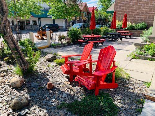 Un patio o zona al aire libre en Jasper Downtown Hostel