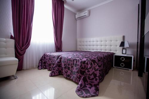 Кровать или кровати в номере Апартаменты У Аэропорта