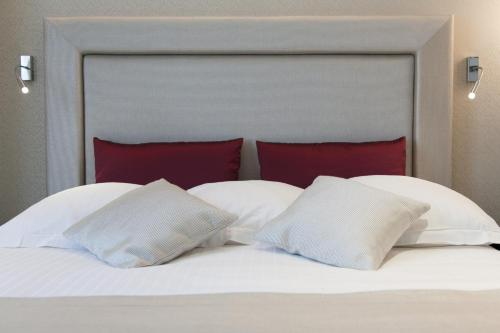 A bed or beds in a room at Hôtel des Princes, Chambéry Centre