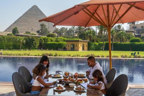 Guests staying at Marriott Mena House, Cairo