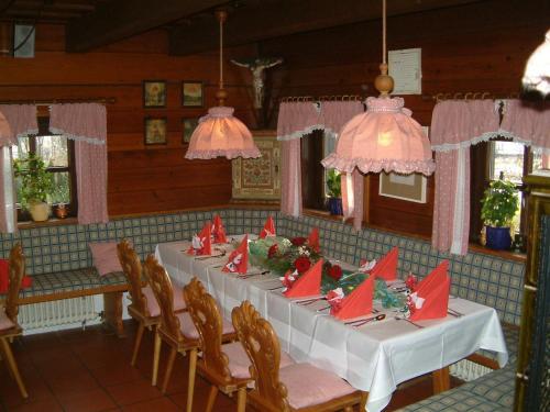 Ein Restaurant oder anderes Speiselokal in der Unterkunft Pension St. Georg mit Moststüberl