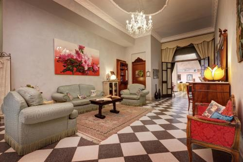 A seating area at Hotel Residenza In Farnese