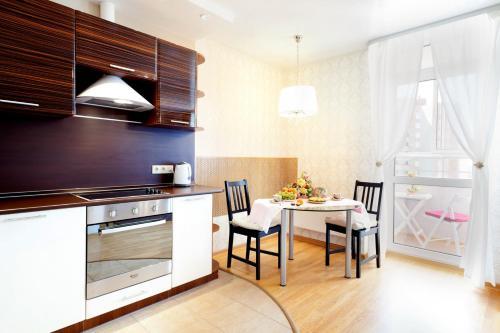 Кухня или мини-кухня в Апартаменты ГринХаус на Щорса