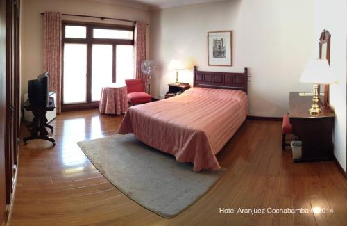 A bed or beds in a room at Hotel Aranjuez Cochabamba