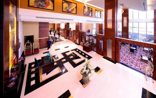 Um restaurante ou outro lugar para comer em Al Hamra Palace By Warwick