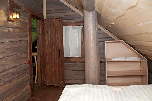 Двухъярусная кровать или двухъярусные кровати в номере Прованс отель 4 Сезона