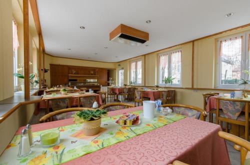 Ein Restaurant oder anderes Speiselokal in der Unterkunft Hotel Siegmar im Geschäftshaus