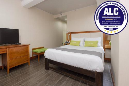 A bed or beds in a room at Ayenda La Luna Inn