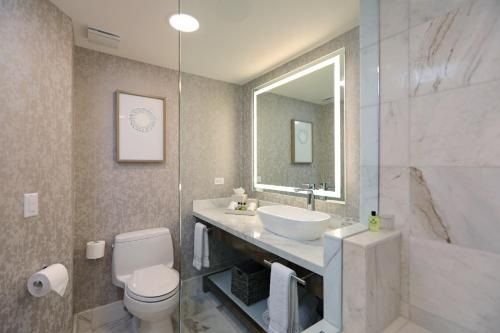 A bathroom at Real InterContinental at Multiplaza Mall, an IHG Hotel