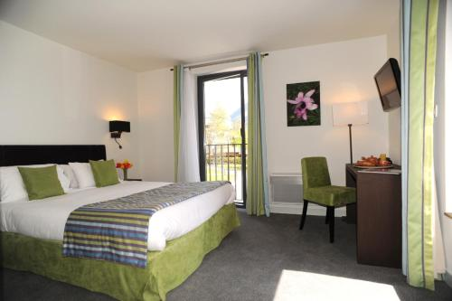 A bed or beds in a room at Hotel Les Lanchers