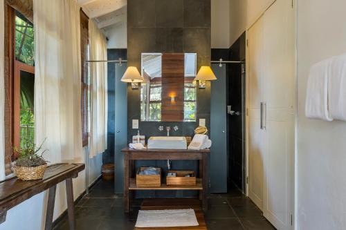 Um banheiro em Santa Teresa Hotel RJ - MGallery