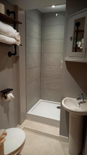 A bathroom at The GAINSBOROUGH ARMS