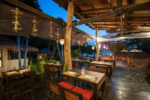 Ein Restaurant oder anderes Speiselokal in der Unterkunft LaLaanta Hideaway Resort