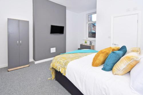 A bed or beds in a room at Townhouse @ Brunswick Place Stoke