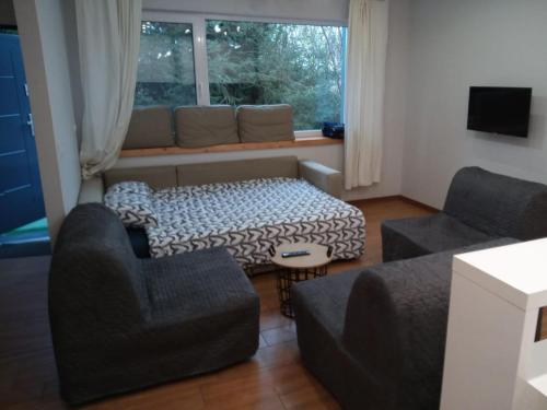A seating area at Maly apartament w zieleni blisko jeziora