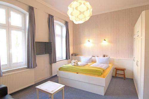 Ein Bett oder Betten in einem Zimmer der Unterkunft Kapitänshaus Lassen - Zimmer Amistad